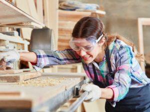 tradeswomen, female carpenter featured
