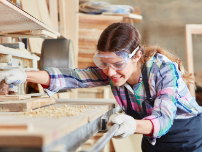 tradeswomen, female carpenter featured